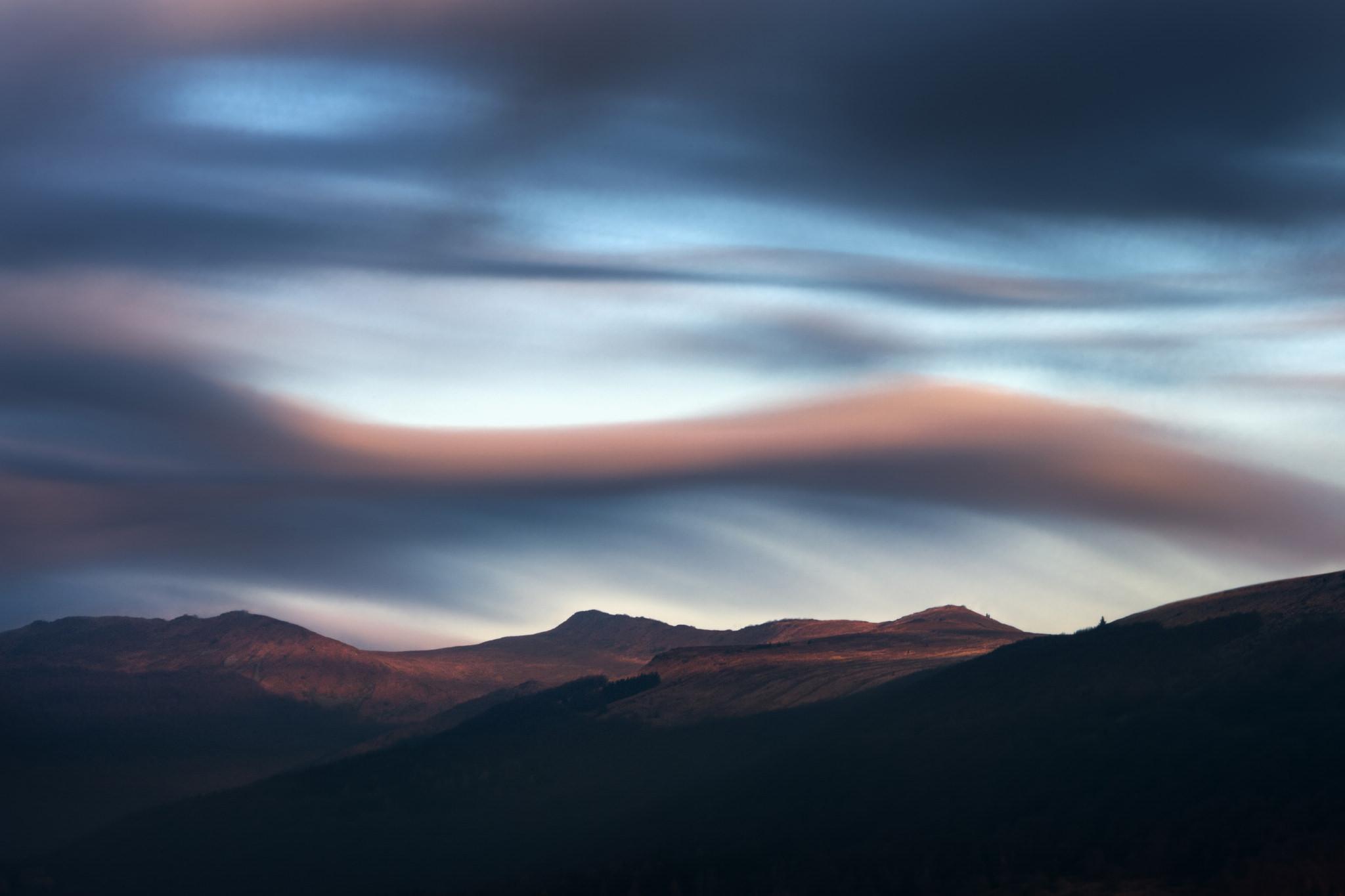 warsztaty fotograficzne w Bieszczadach, wschód słońca w Bieszczadach na połoninach okrytych śniegiem. Wiejący wiatr unosi śnieg oświetlając ciepłym światłem. Zdjęcie z Warsztatów fotograficznych Nowe spojrzenia